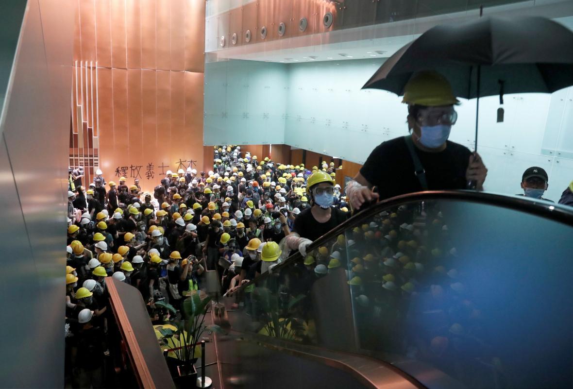 Demonstranti v budově hongkongského parlamentu