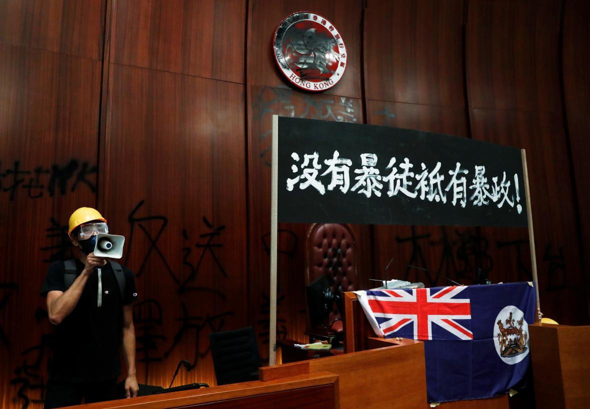 Někteří demonstranti s sebou přinesli i starou britskou koloniální vlajku