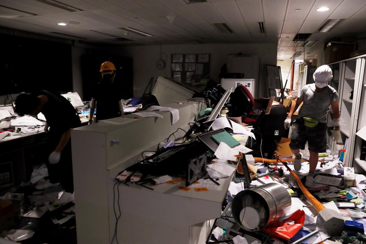 Demonstranti za sebou v některých místnostech zanechali spoušť