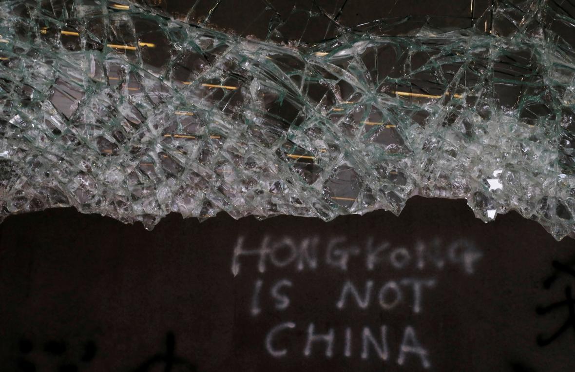 Poškozená budova hongkongského parlamentu