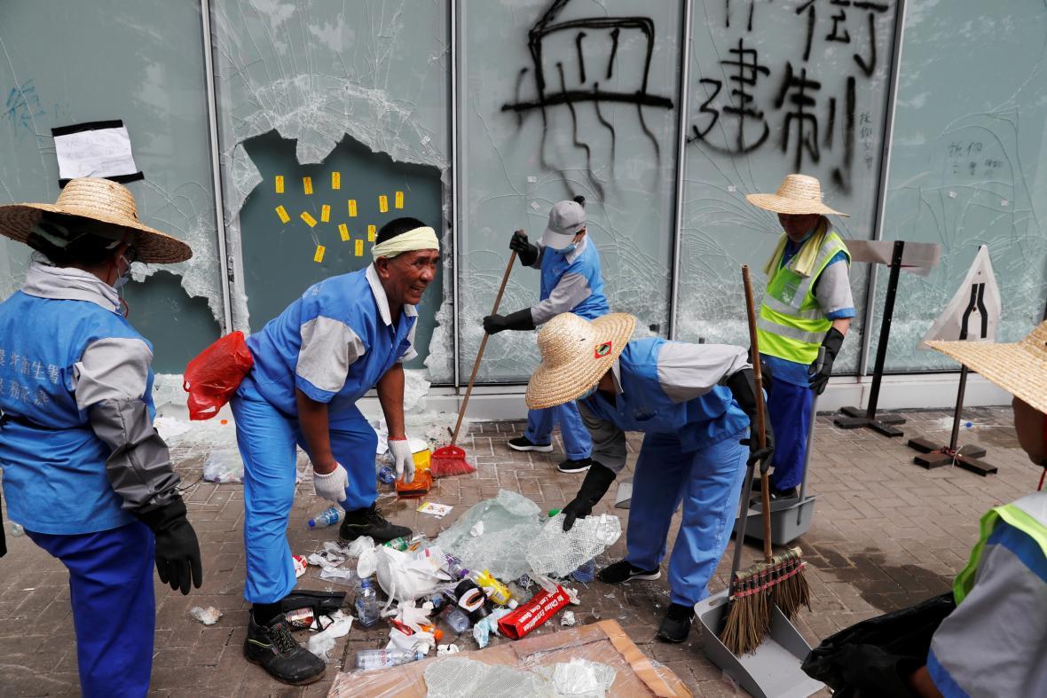 Dělníci před hongkongským parlamentem uklízejí následky demonstrací