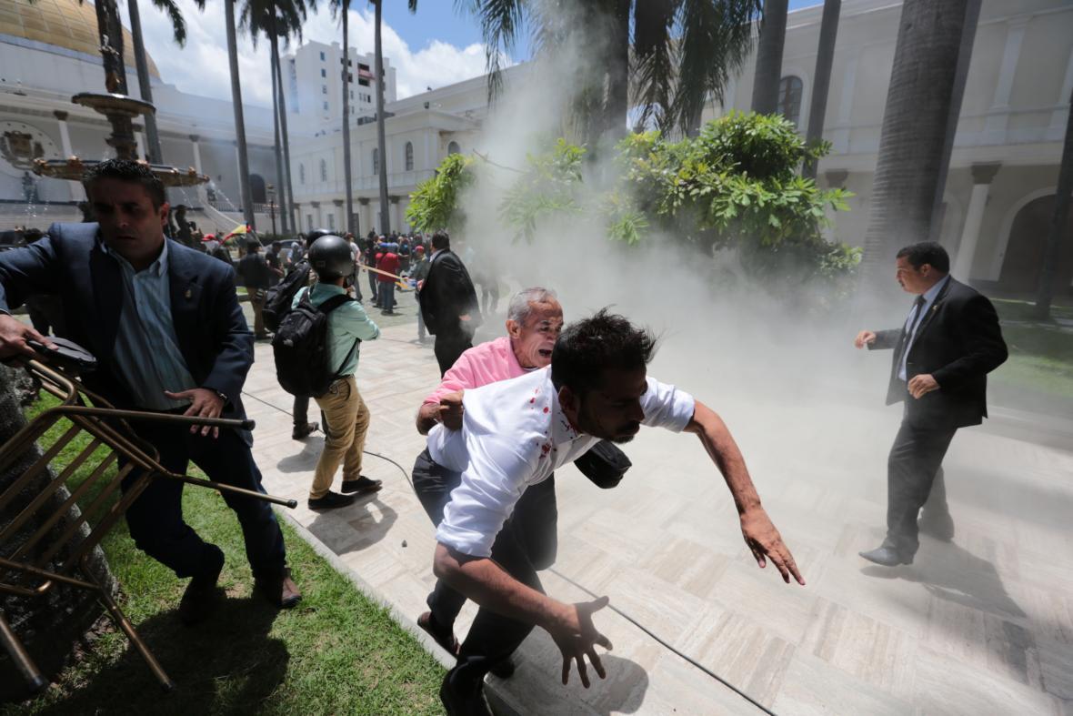 Zásah venezuelské provládní milice proti opozičním zákonodárcům