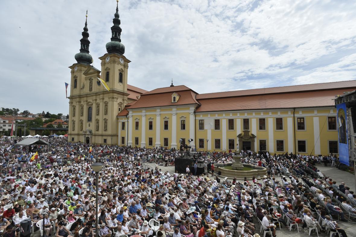 Návštěvníci Dnů lidí dobré vůle na nádvoří u baziliky Nanebevzetí Panny Marie a sv. Cyrila a Metoděje