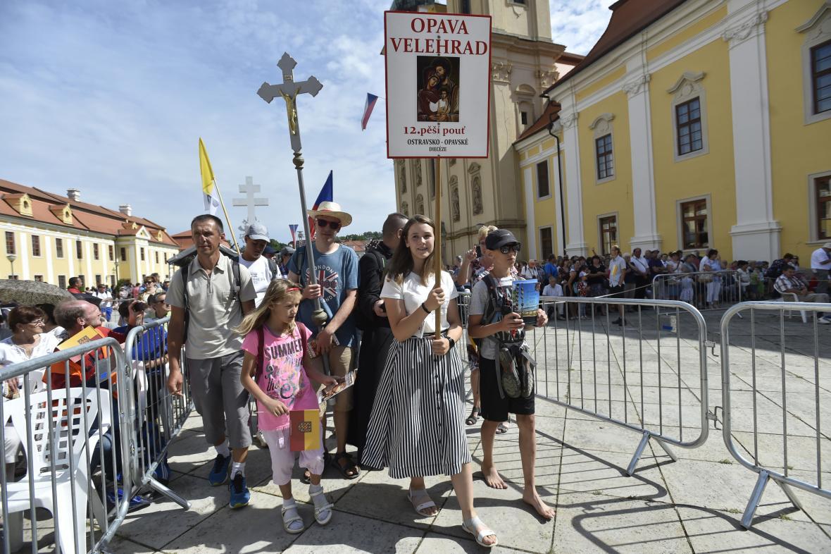 Poutníci přicházejí na nádvoří u baziliky Nanebevzetí Panny Marie a sv. Cyrila a Metoděje
