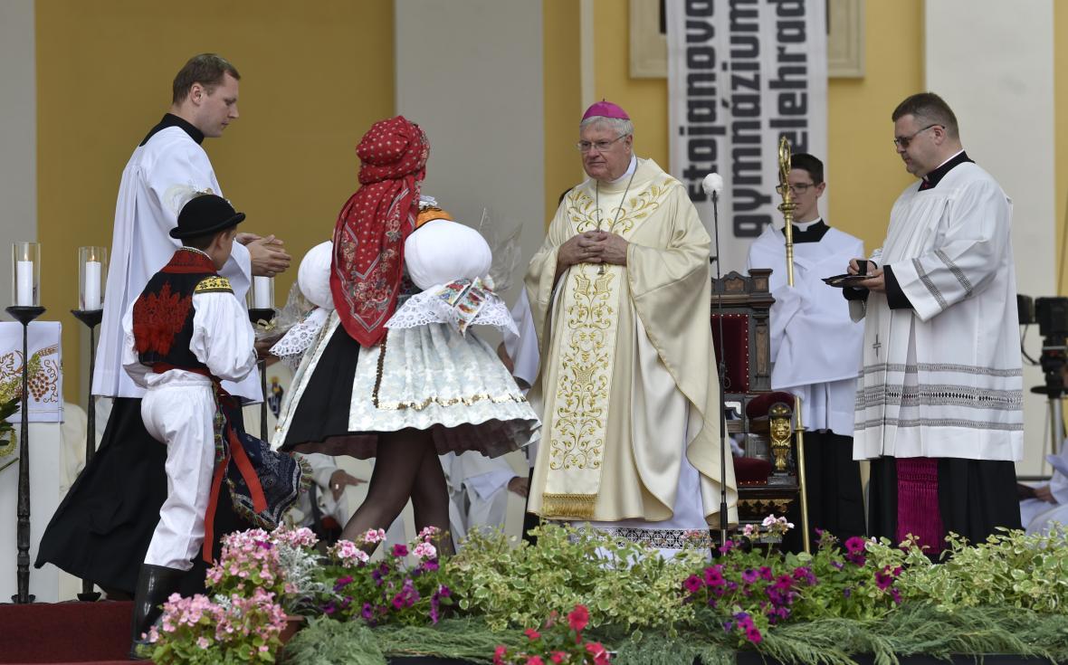 Apoštolský nuncius Charles Daniel Balvo hovoří s věřícími při slavnostní poutní mši