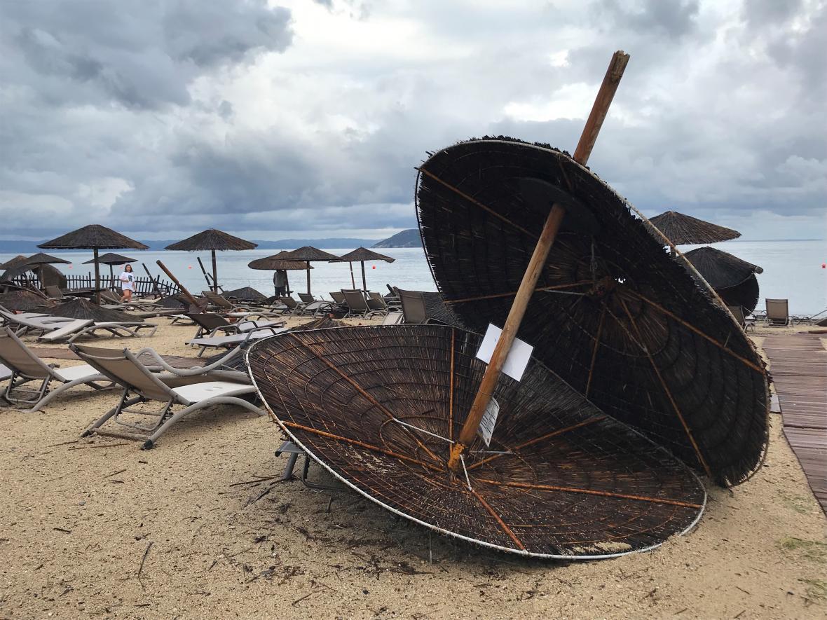 Pláž na ostrově Chalkidiki po silné bouři