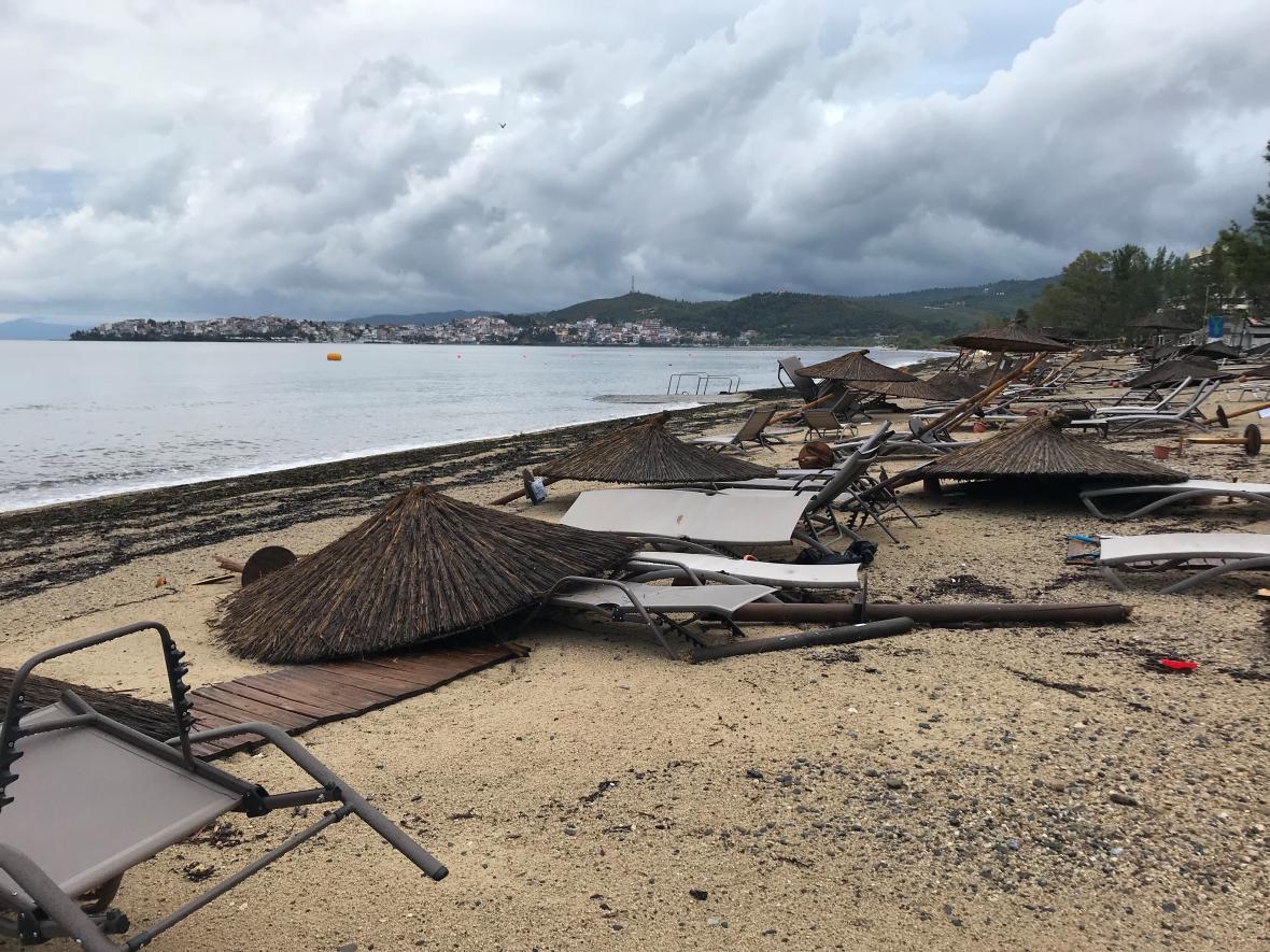 Následky bouře na pláží u hotelu Porto Carras na Chalkidiki