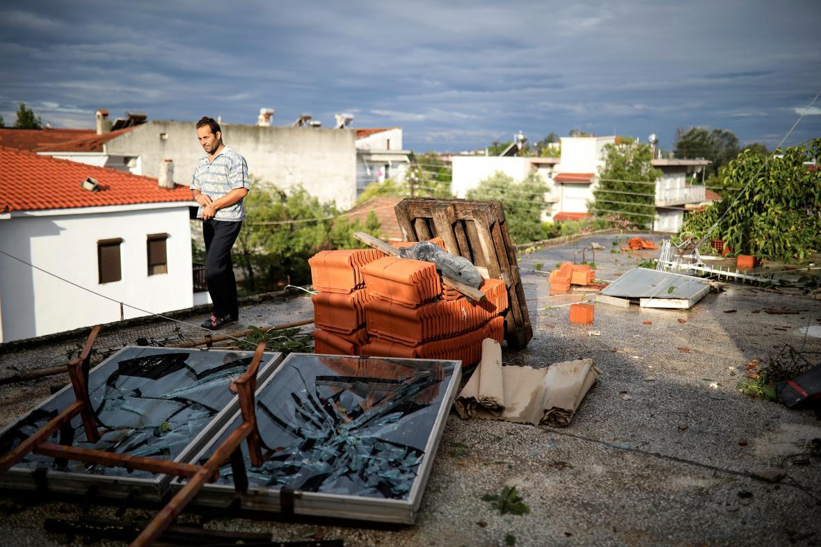 Lidé v Řecku začínají odklízet následky