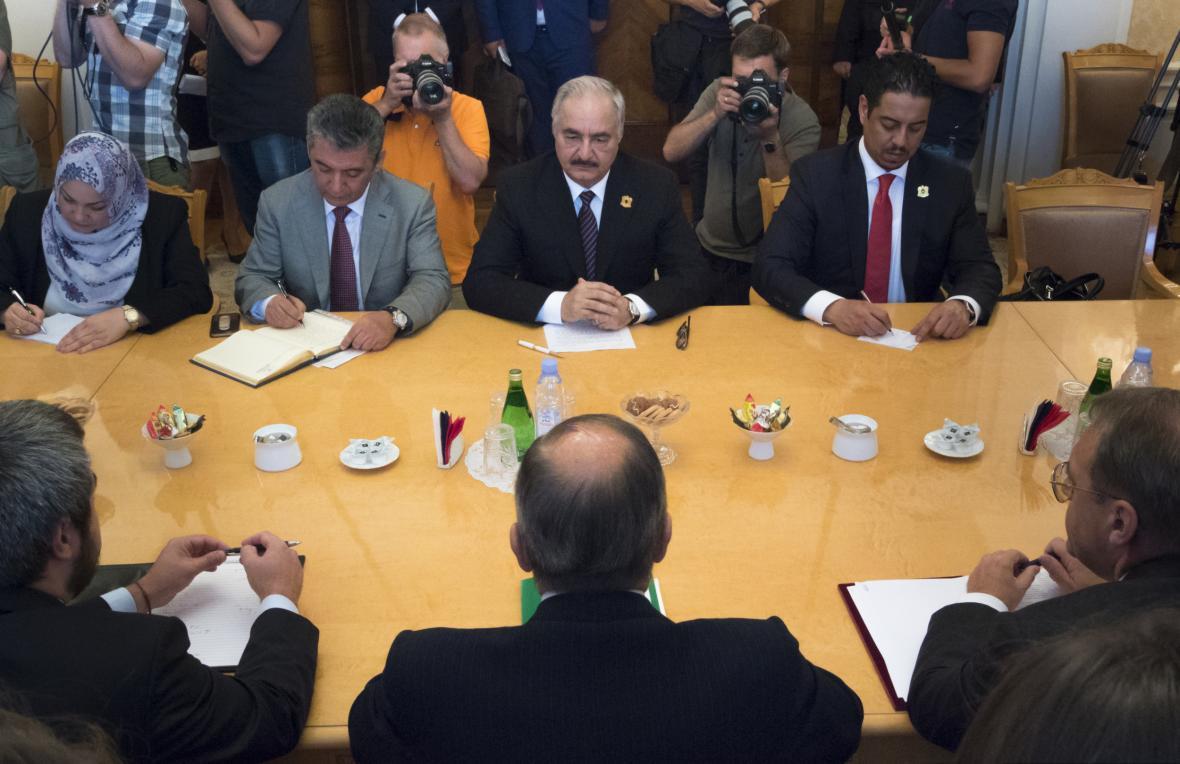 Chalífa Haftar na jednání s ruským ministrem zahraničí Sergejem Lavrovem