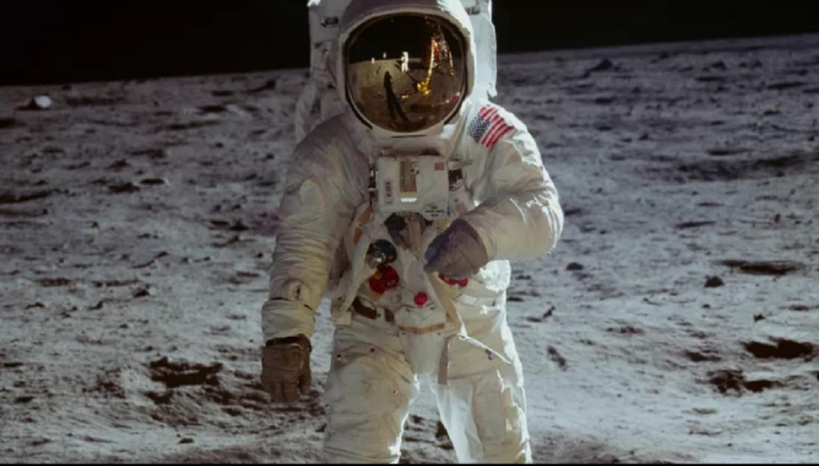 Armstrong se odráží v Aldrinově helmě
