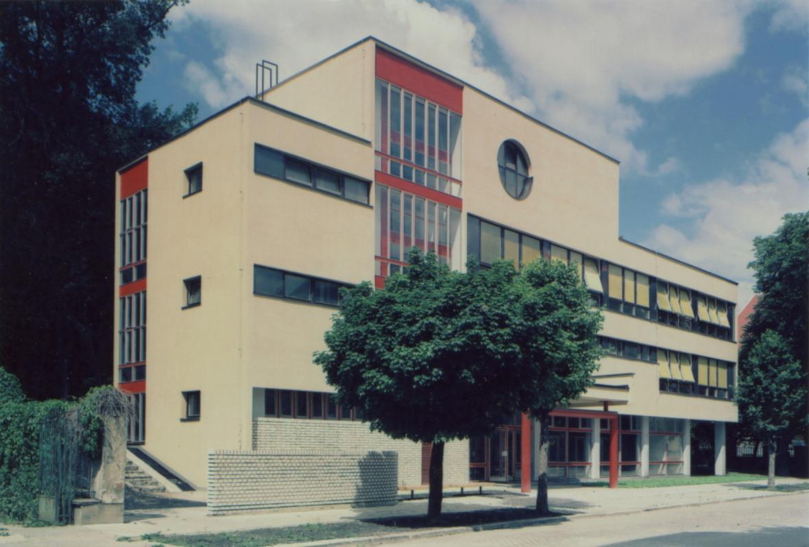 Pohled na tělocvičnu Střední ekonomické školy Olomouc s učebnami, 1982–86
