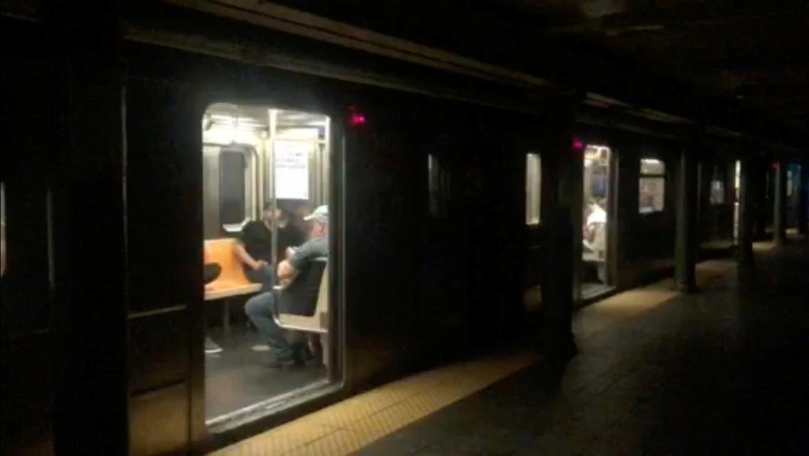 Blackout zastavil newyorské metro