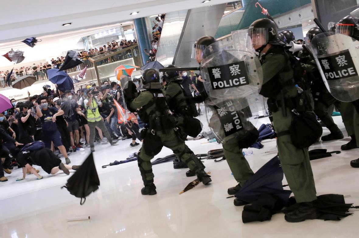Policie proti demonstrantům v nákupním centru v Hongkongu