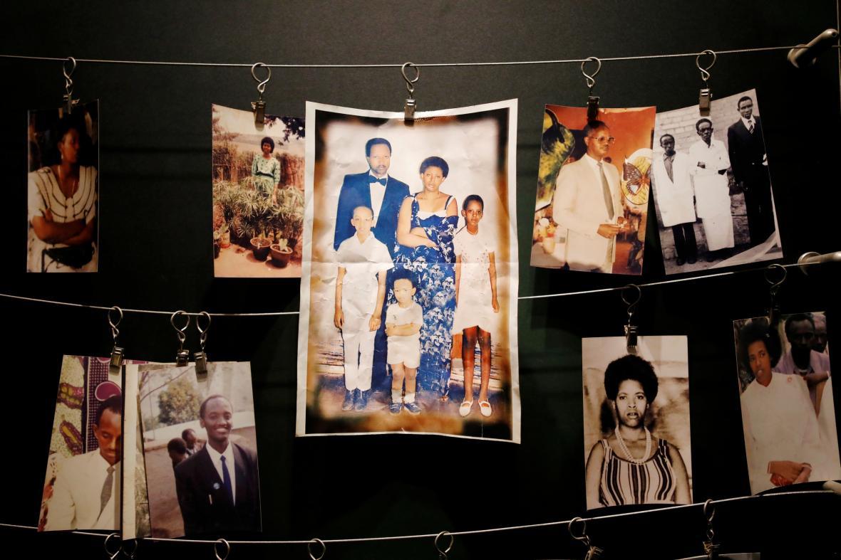 Fotografie obětí rwandské genocidy v památníku v Kigali