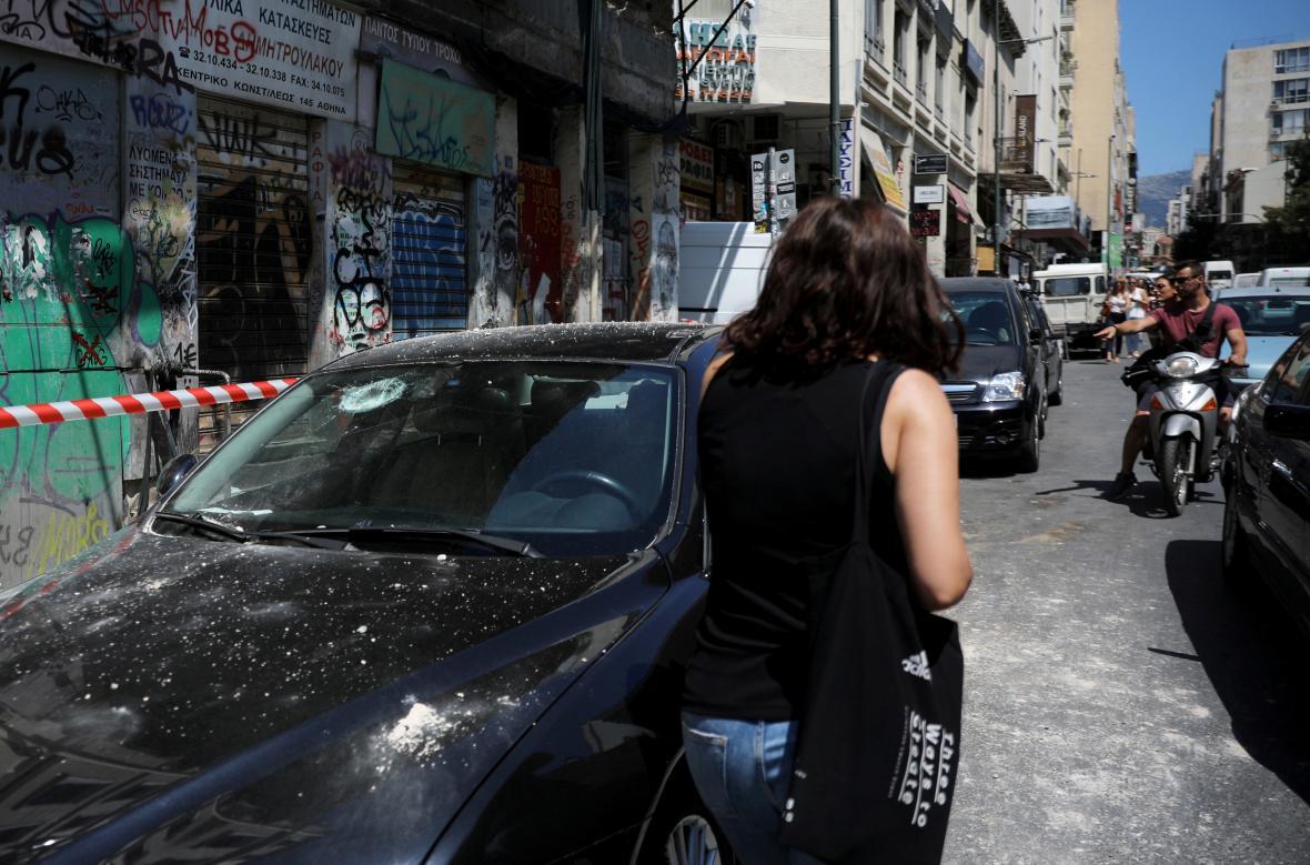 Auto poničené při otřesech v Aténách