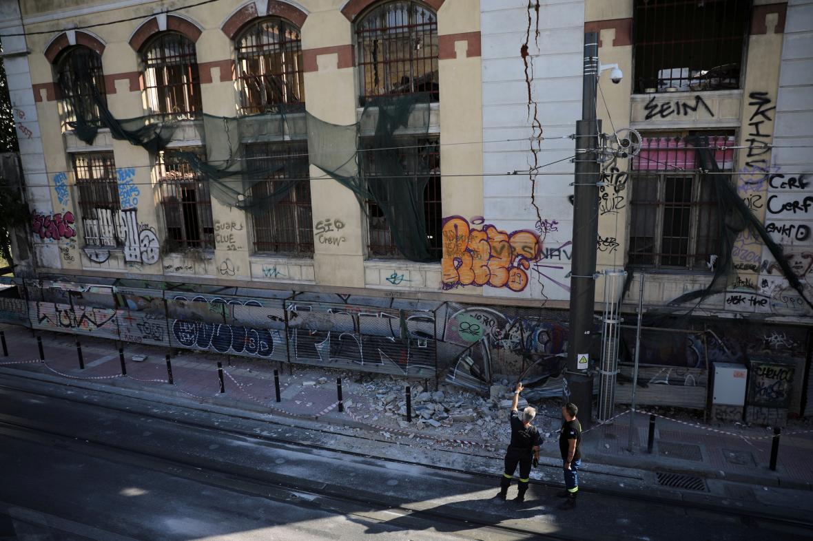 Budová poničená zemtřesením ve městě Pireas u Atén