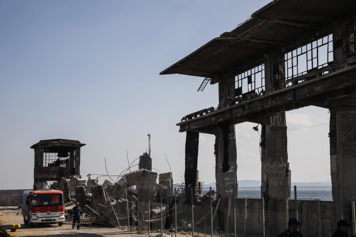 Zřícená budova v přístavním městě Pireas