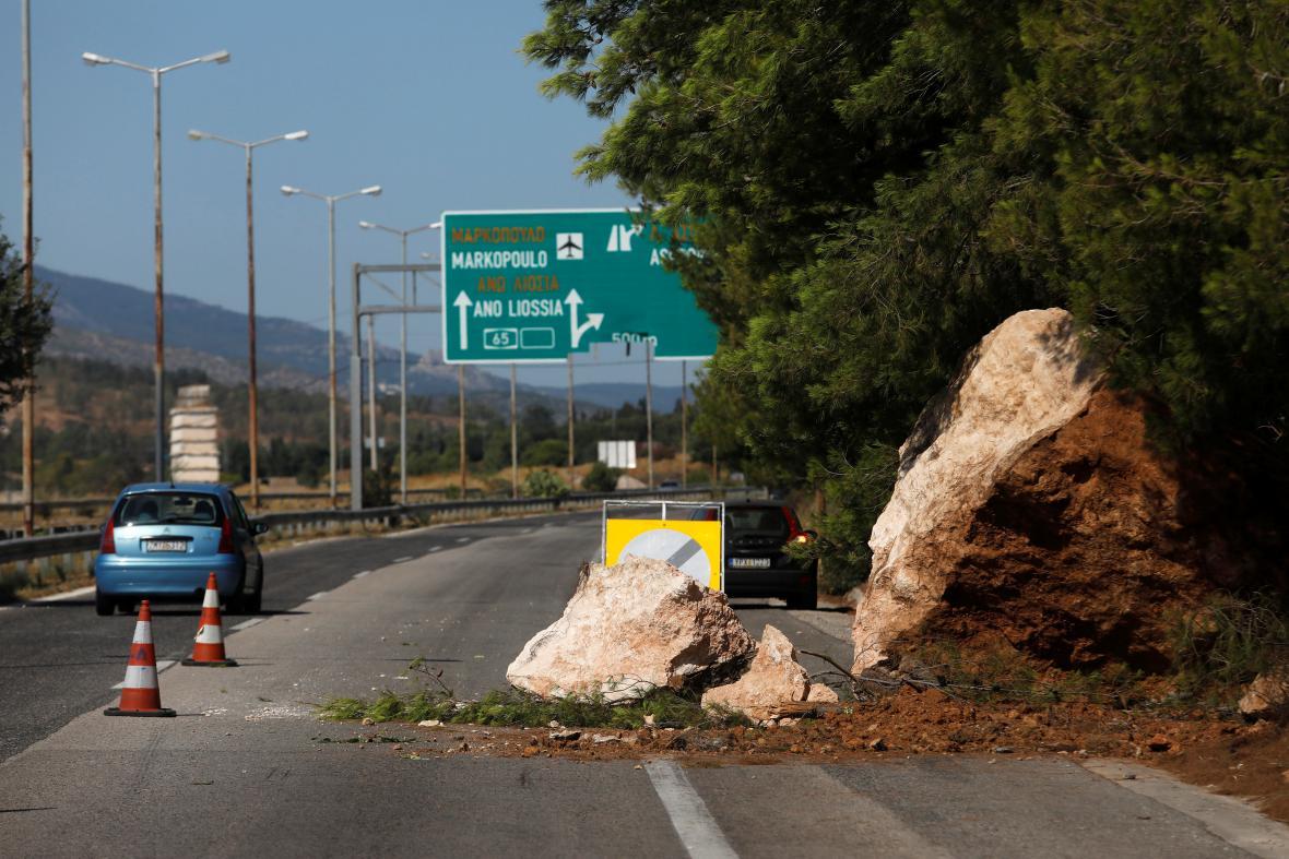 Utržená část skály zavalila silnici u města Aspropyrgos
