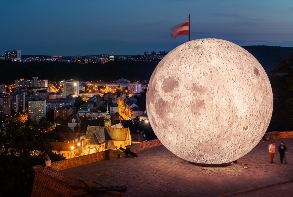Obří nafukovací Měsíc v Brně