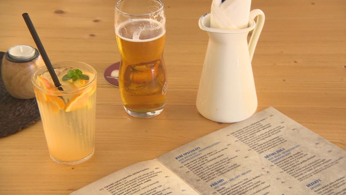 Nevyžádaný led v limonádě zmařil kontrolu míry nápoje