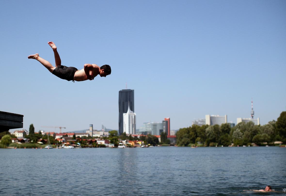 Obyvatelé Vídně se chladí ve vodách Dunaje