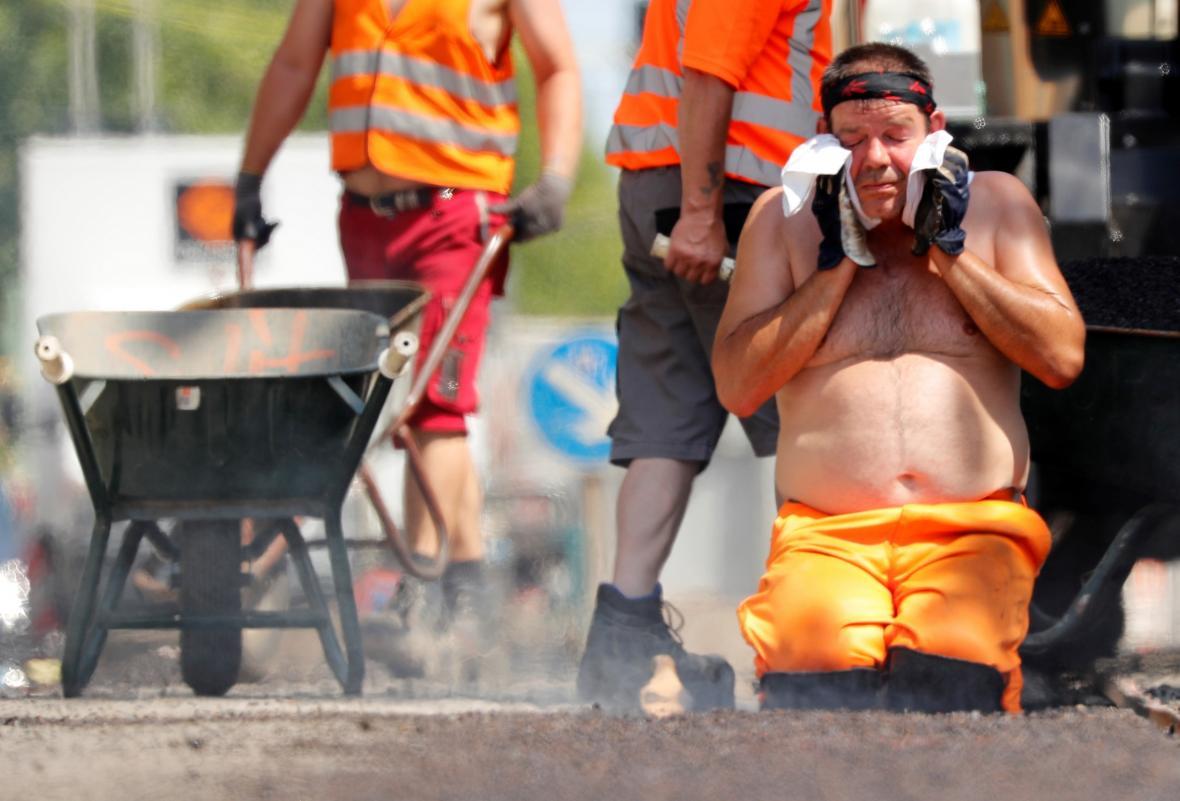 Silničáři pracují na opravě jedné z cest v Berlíně navzdory rekordním vedrům