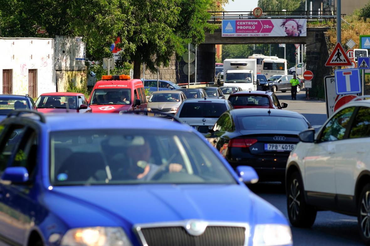 Intenzivní provoz v ulici V Korytech