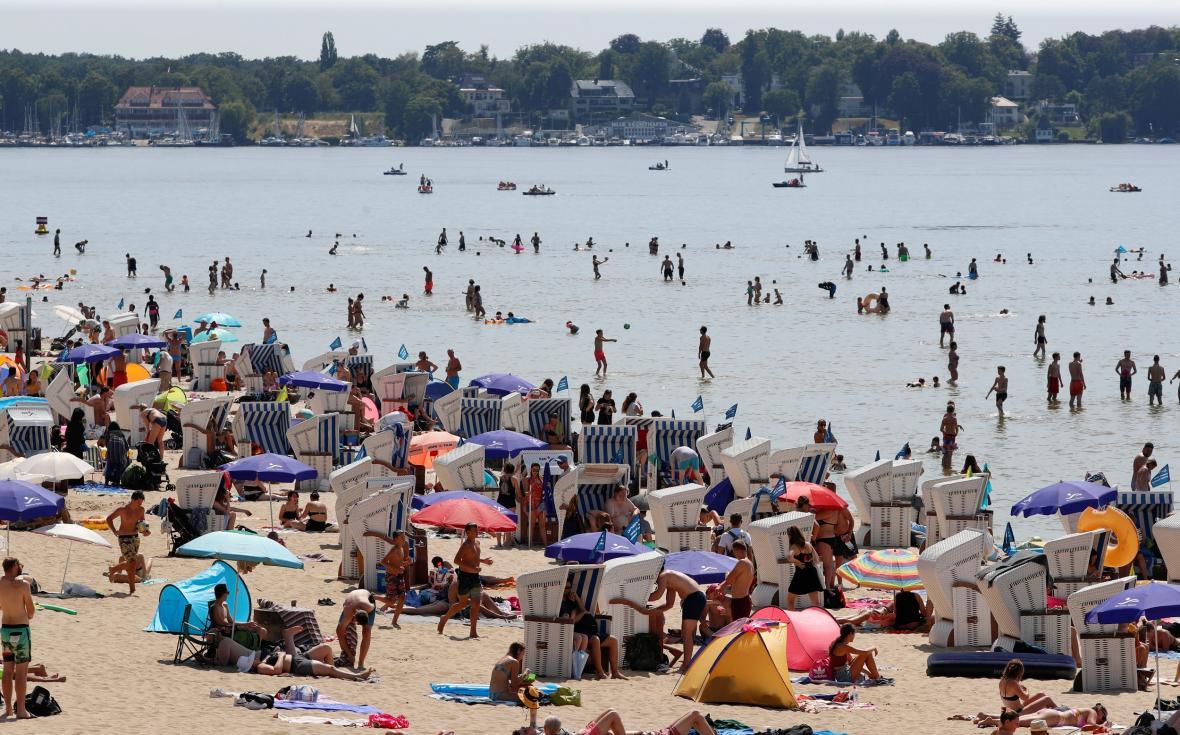Lidé v Berlíně tráví horký den u jezera Wannsee