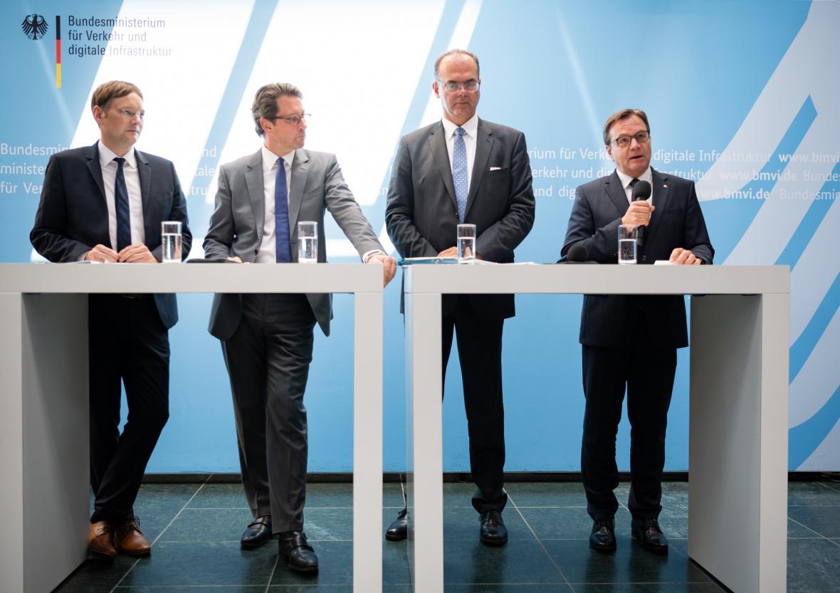 Ministři dopravy Rakouska Andreas Reichhardt a Německa Andreas Scheuer jednali v Berlíně o dopravním sporu s bavorským ministrem dopravy Hansem Georgem Reichhartem a tyrolským hejtmanem Güntherem Platterem