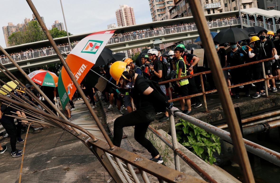 Protest proti násilnostem v Hongkongu