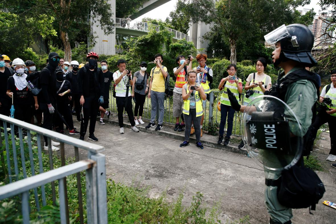 Policista dohlíží na demonstranty