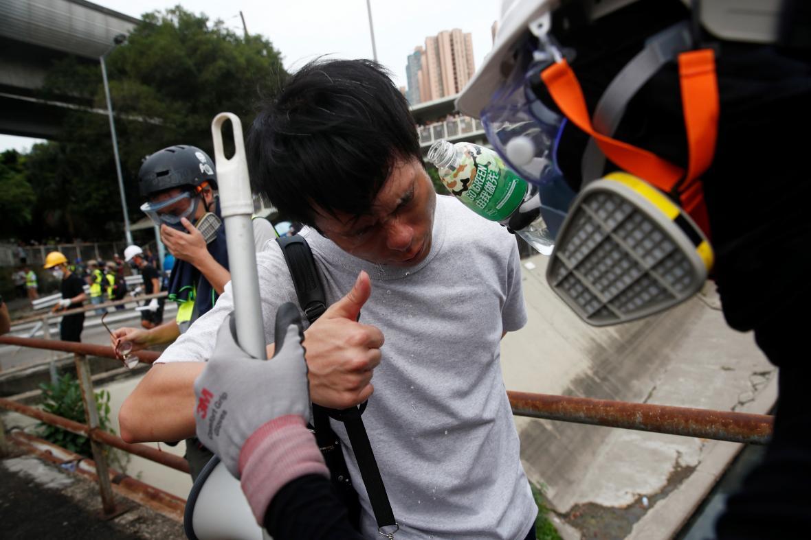 Jeden z demonstrantů zasažených slzným plynem