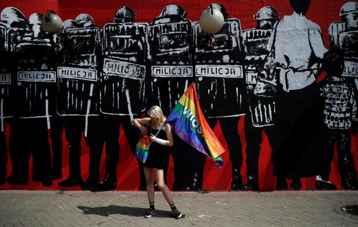 Jedna z demonstrantek odsuzujících násilí na LGBT komunitě