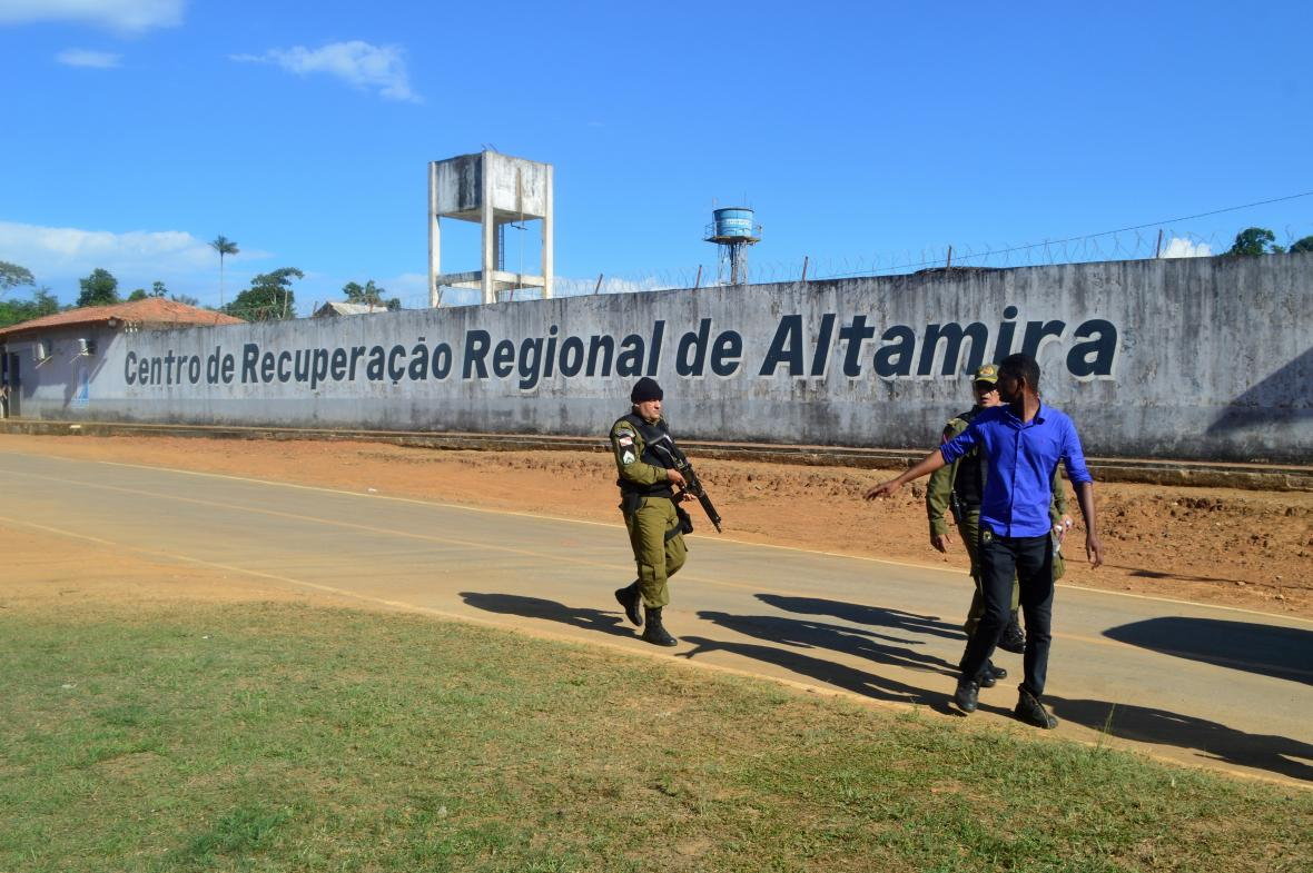 Policejní hlídka u věznice Altamira