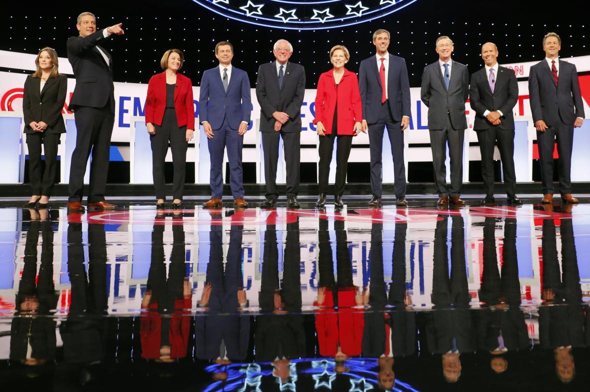 Zleva kandidáti Marianne Williamsonová, Tim Ryan, Amy Klobucharová, Pete Buttigieg, Bernie Sanders, Elizabeth Warrenová, Beto O'Rourke, John Hickenlooper, John Delaney, Steve Bullock