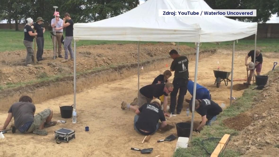 Veteráni a archeologové při společné práci