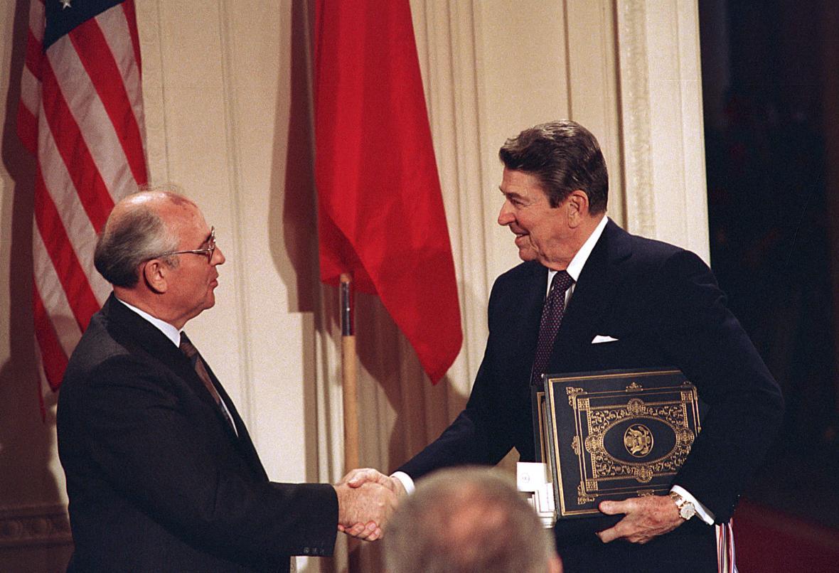 Smlouvu INF podepsali 8. prosince 1987 Ronald Reagan a Michail Gorbačov