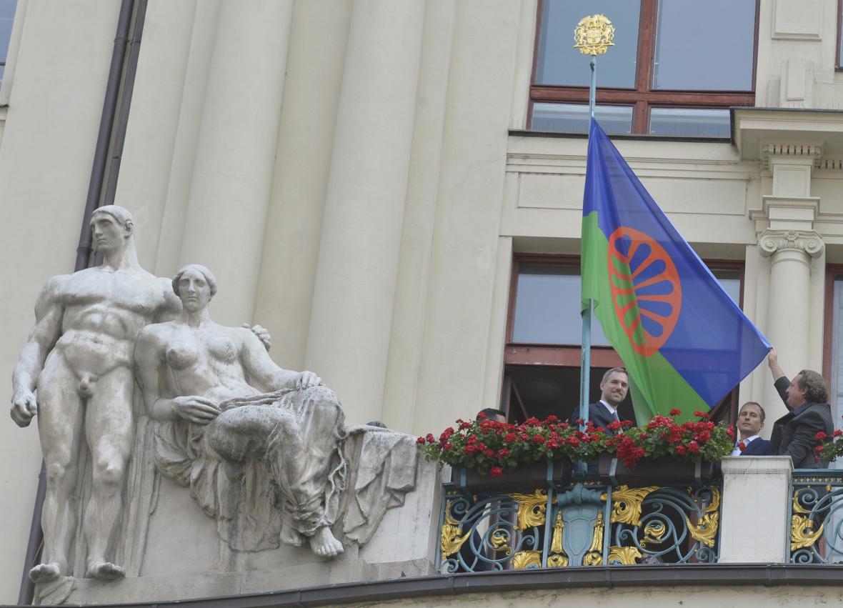 U příležitosti Mezinárodního dne romského holocaustu byla na budovu Nové radnice v Praze vyvěšena romská vlajka