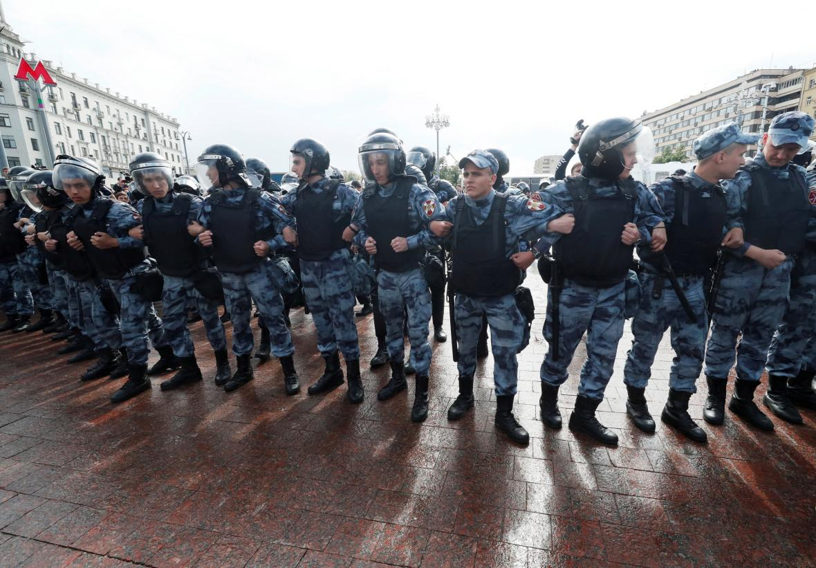 Policie zasahuje proti nepovolené demonstraci v centru Moskvy