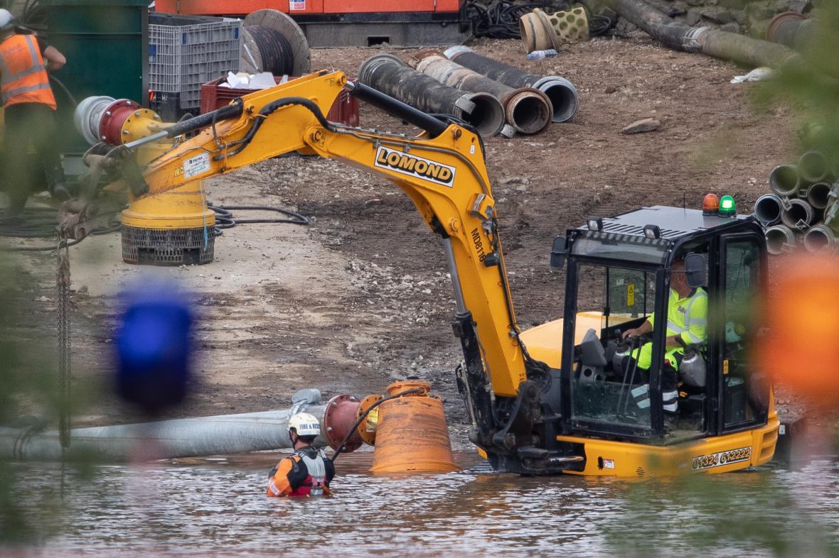 Záchranáři dál odčerpávají z přehrady vodu