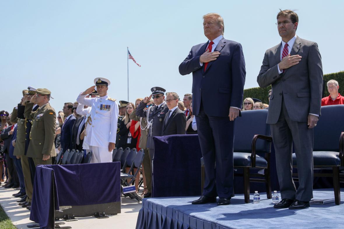 Donald Trump při nástupu nového ministra obrany Marka Espera