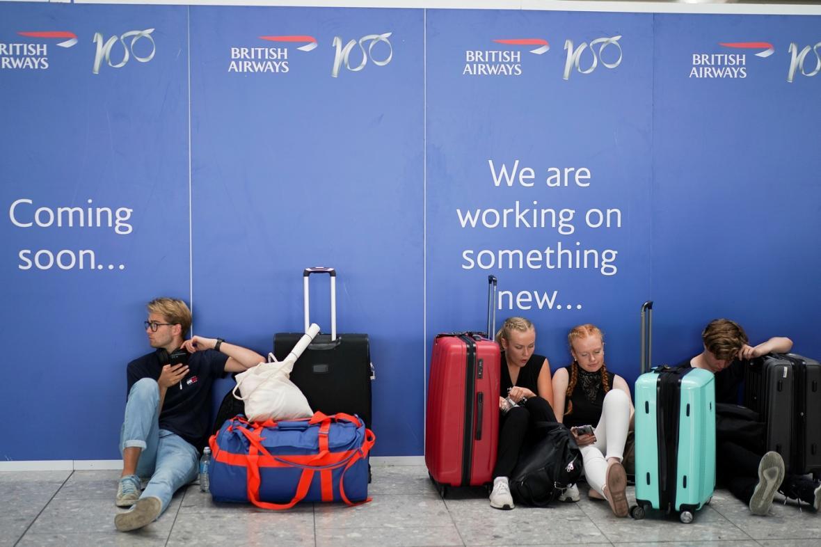 Čekání na Terminálu č. 5 londýnského letiště Heathrow