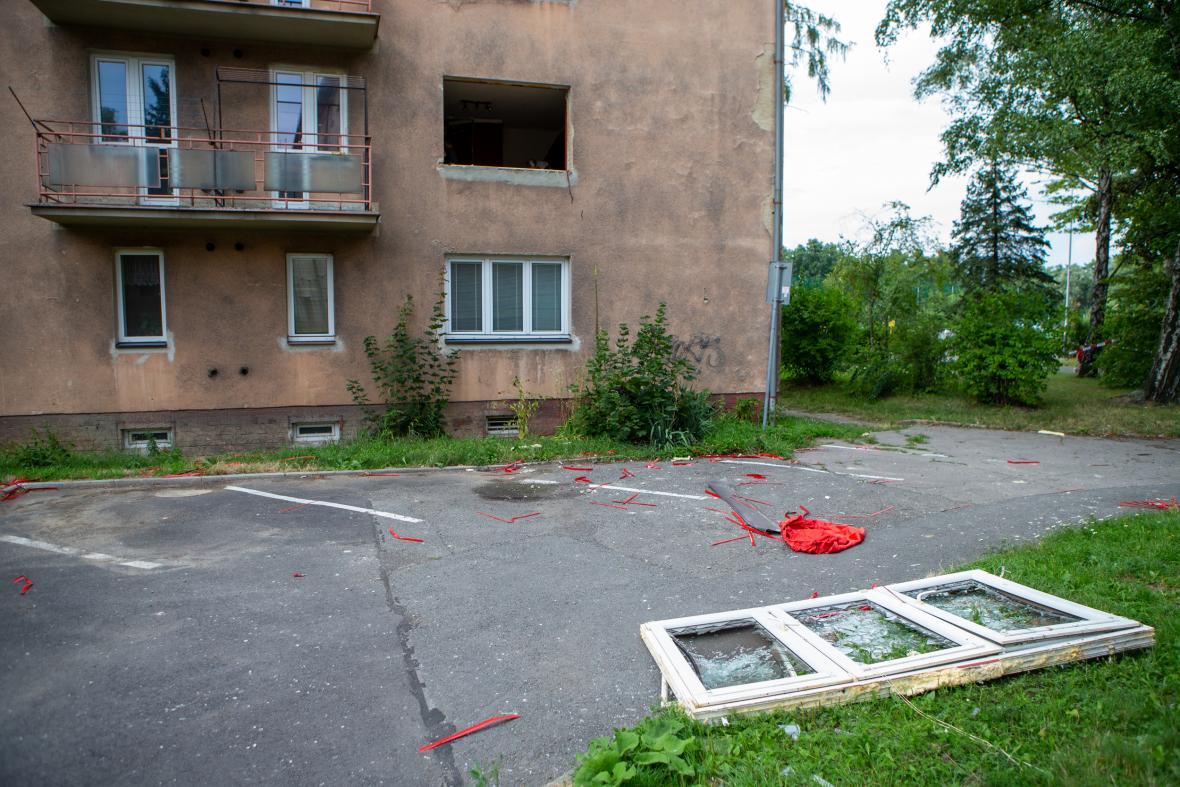 Výbuch plynu v bytě vyrazil okno