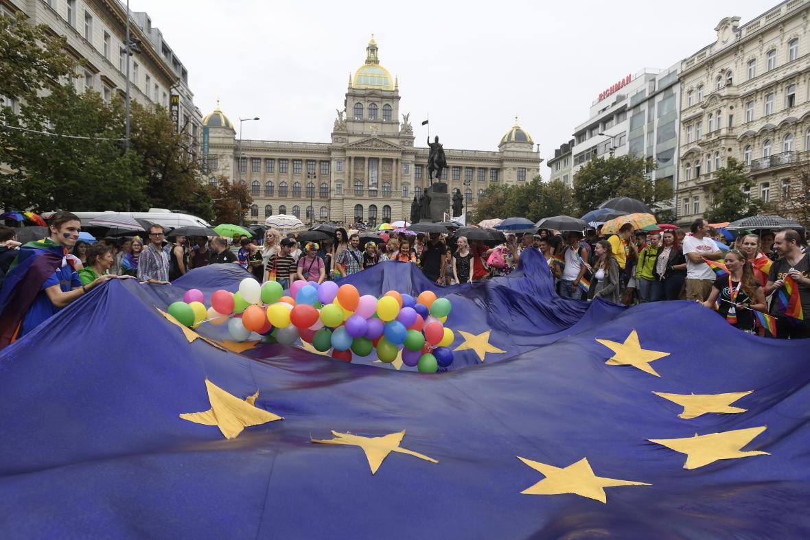 Účastníci průvodu hrdosti na Václavském náměstí