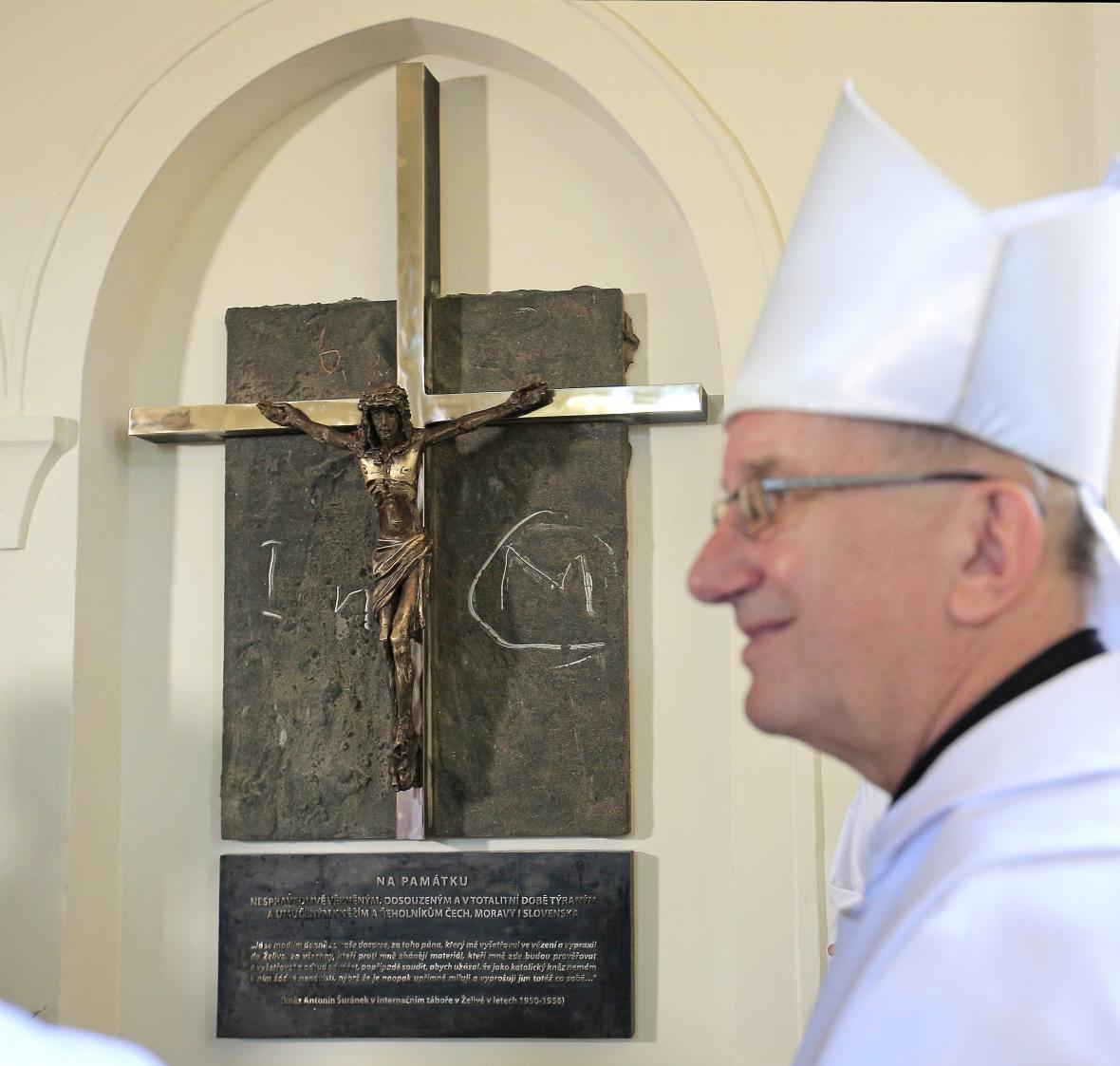 Opat želivského kláštera Jáchym Jaroslav Šimek před pamětním křížem vězněných duchovních