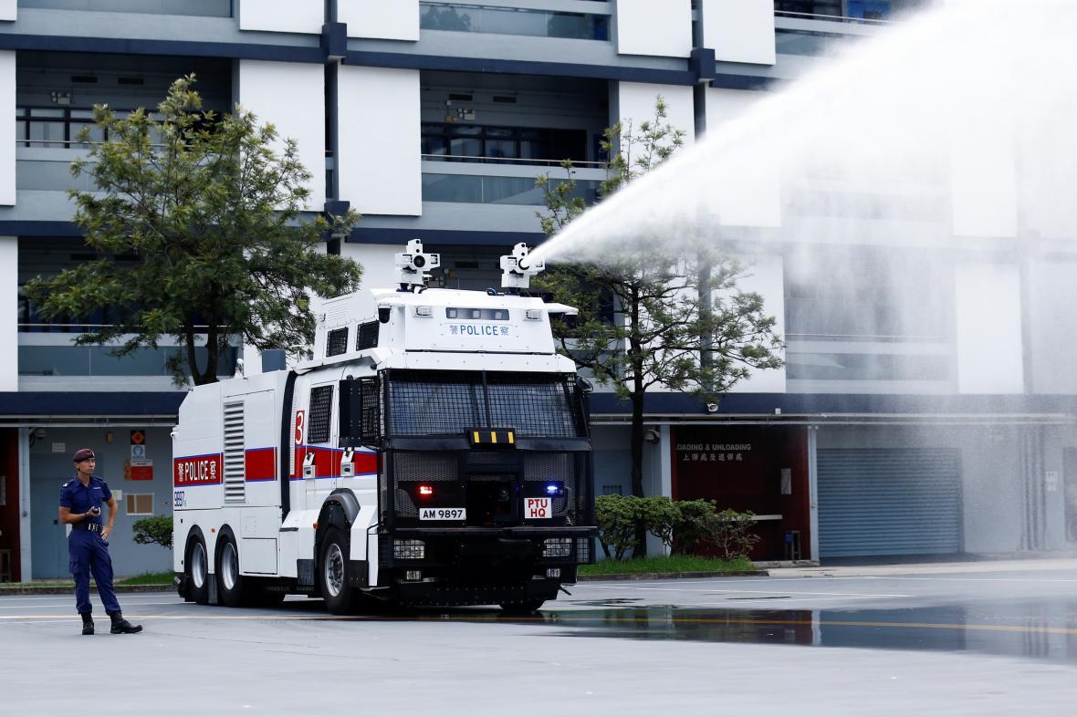 Hongkongská policie představila nová vodní děla