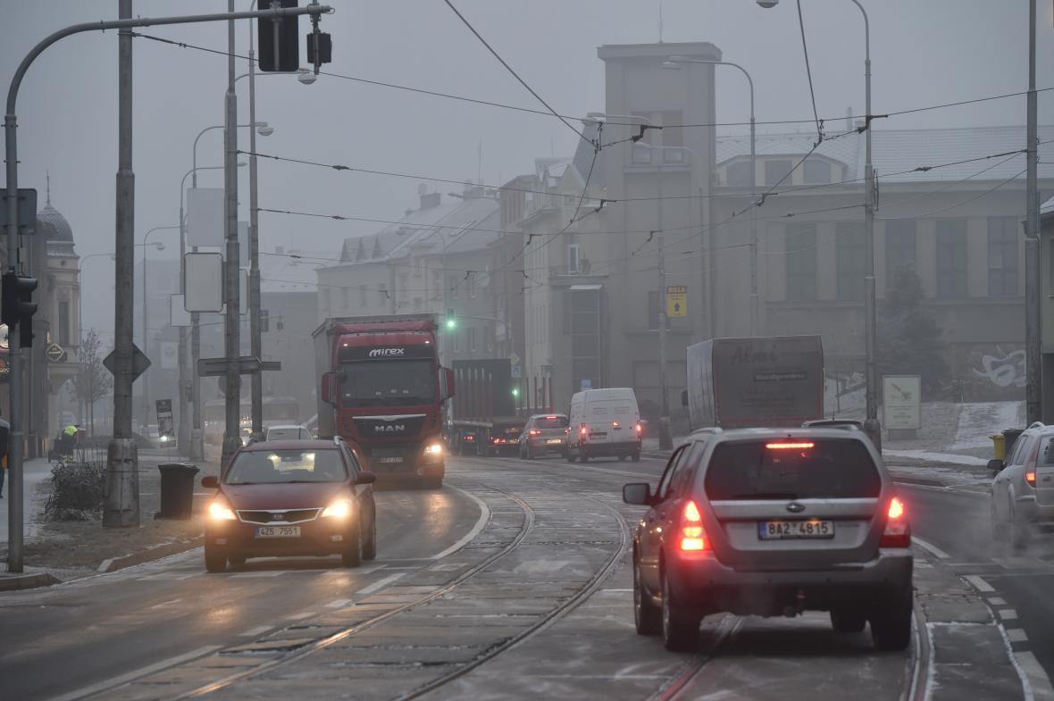 Doprava v Hodolanské ulici v Olomouci bývá často problematická, na cestě do Šternberka se tam řidiči zdrží i desítky minut