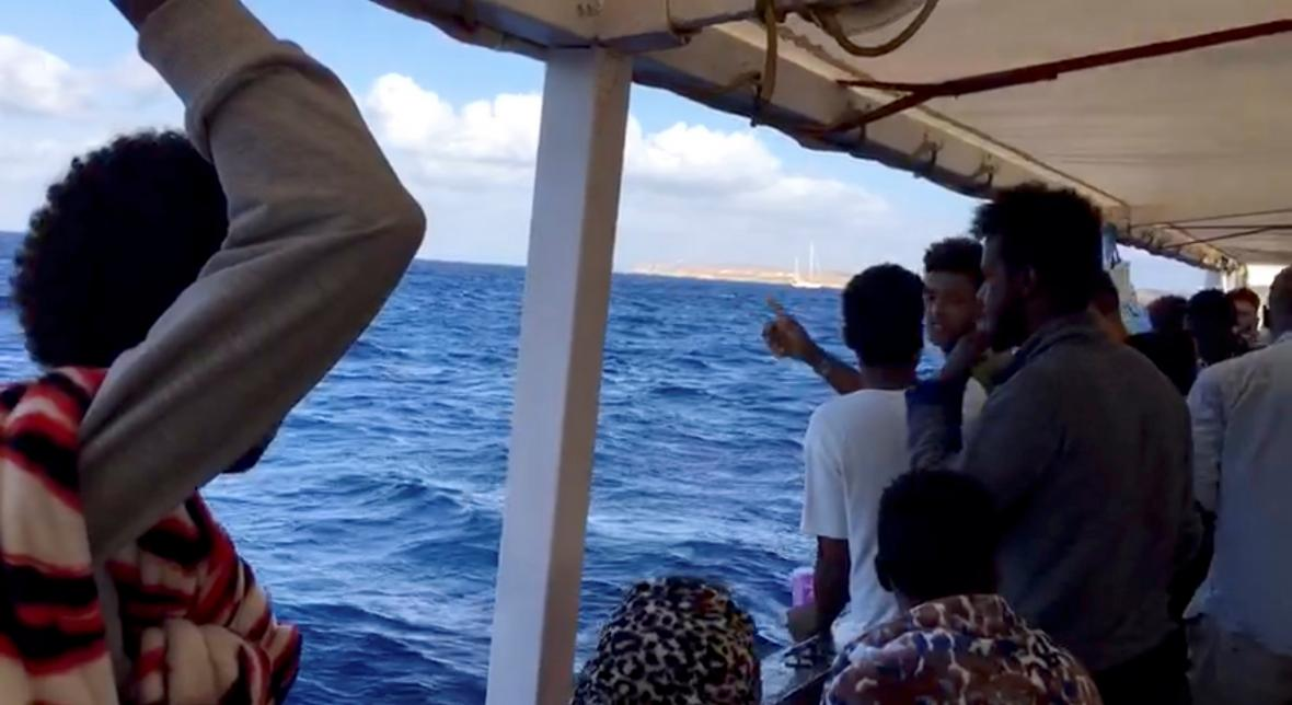 Běženci na lodi Open Arms