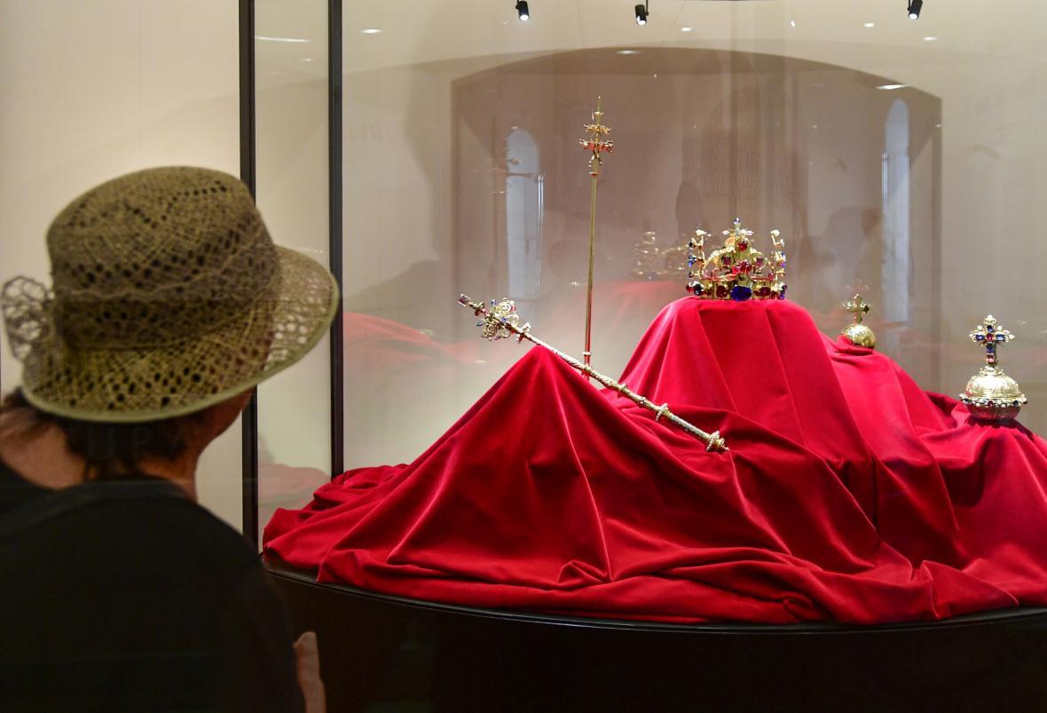 Kopie původních korunovačních klenotů Karla IV., otce Václava IV.