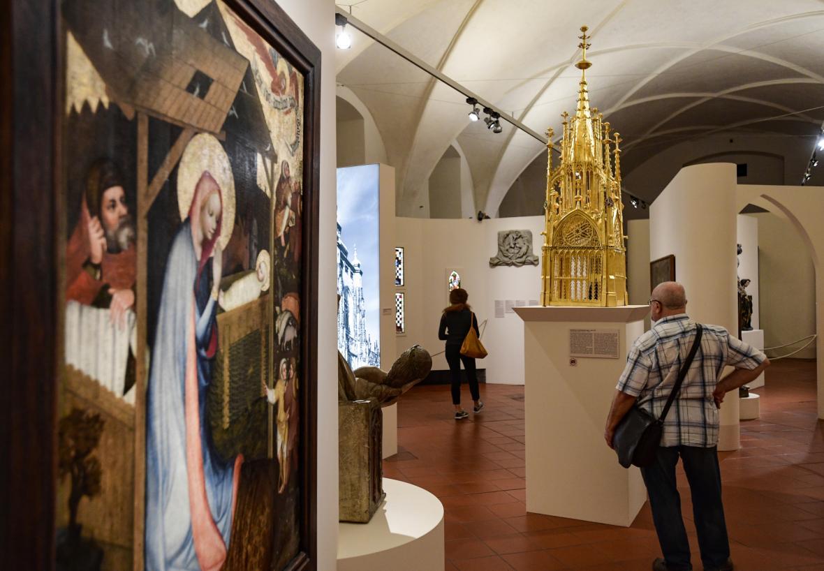 Na snímku vpravo je Svatostánek ze svatováclavské kaple z roku 1375